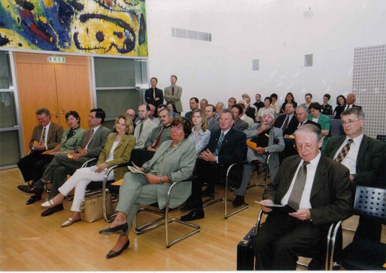 Teilnehmer an der feierlichen Eröffnung des Instituts am 6. Mai 2003 (erste Reihe von links nach rechts): Landtagsdirektor HR DDr. Karl Lengheimer, NÖLWK-Vizepräsidentin ÖKR Lieselotte Wolf, NÖLWK-Präsident ÖKR Rudolf Schwarzböck, Geschäftsführerin der Ludwig Boltzmann Gesellschaft Mag. Claudia Lingner, Landeshauptmann-Stellvertreter Liese Prokop, LBIGLR-Leiter Univ.-Prof. Dr. Ernst Bruckmüller (Foto: NÖ Landesbildstelle).