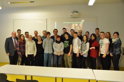 LehrerInnen und SchülerInnen der LBS Waldegg arbeiteten mit dem IGLR zur Geschichte und Gegenwart der Sojabohne (Foto: LBS Waldegg)