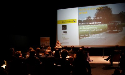Projektkoordiantorin Johanna Zechner vor dem Publikum am 30.10.2019
